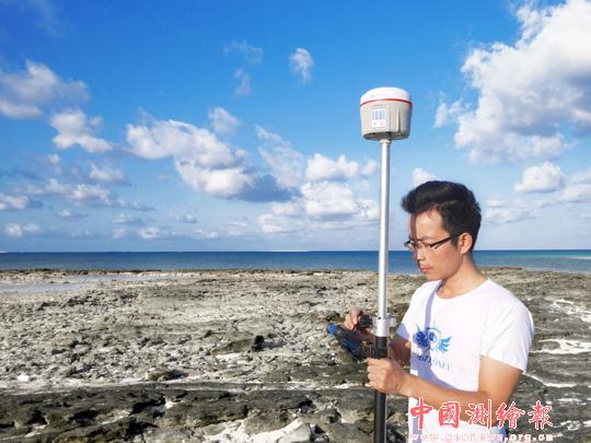 """工作人员在西沙群岛使用内置有""""中国精度""""的星站rtk进行实地测试."""
